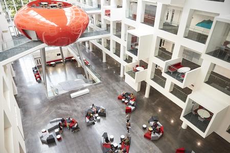 interno modernista di un atrio universitaria, elevato vista