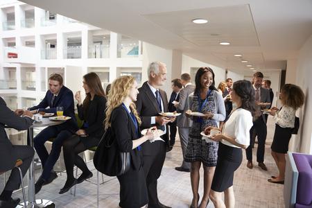Delegates Networking During Conference Lunch Break Standard-Bild
