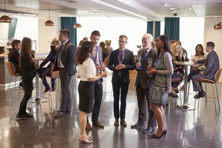Los delegados de redes a las bebidas de conferencias Recepción