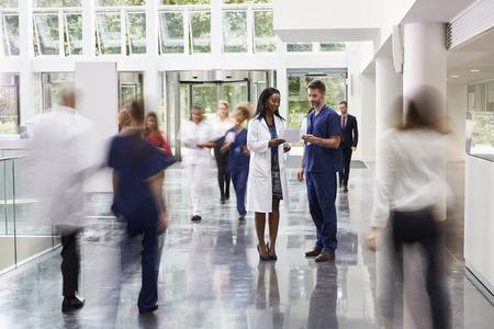 Personeel in de drukke lobby van het moderne ziekenhuis Stockfoto