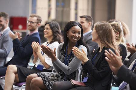 Audience Applaudir Président Après Conférence Présentation Banque d'images - 71258953