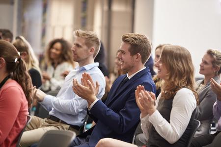 Audiência que emiteu o altofalante após a apresentação da conferência