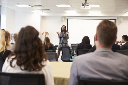 Zakenvrouw maken van de presentatie op de conferentie Stockfoto
