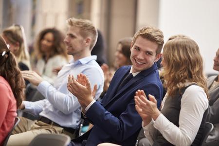 Publikum Applaudieren Lautsprecher nach der Konferenz Präsentation Standard-Bild - 71258988