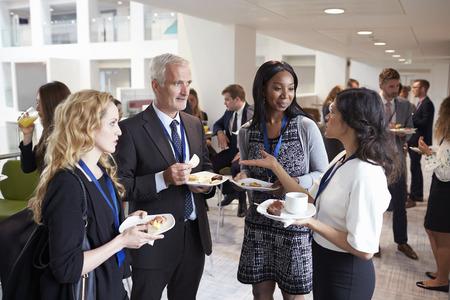 Die Delegierten Networking während der Konferenz Mittagspause Standard-Bild - 71258997