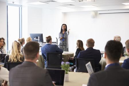 Geschäftsfrau, die Präsentation auf der Konferenz Standard-Bild - 71259002