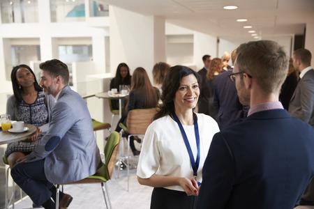 Delegados Networking Durante Coffee Break Na Conferência Imagens