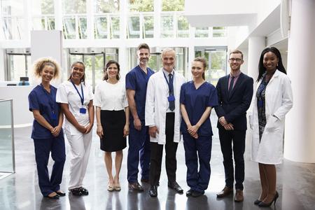 Portrait des medizinischen Personals Standing In Lobby des Krankenhauses Standard-Bild