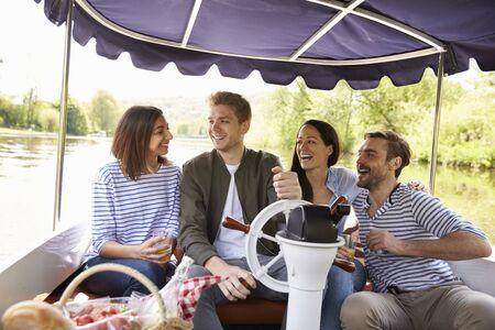 Groep Vrienden die van Dag uit in Boot op Rivier samen genieten