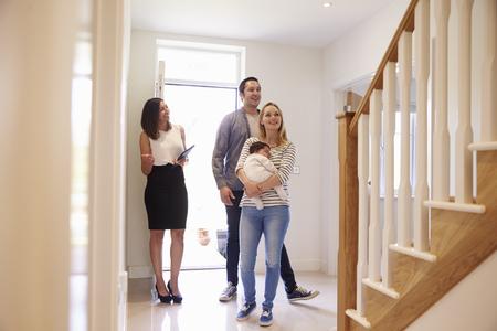 Realitní Zobrazení mladá rodina Kolem nemovitost k prodeji