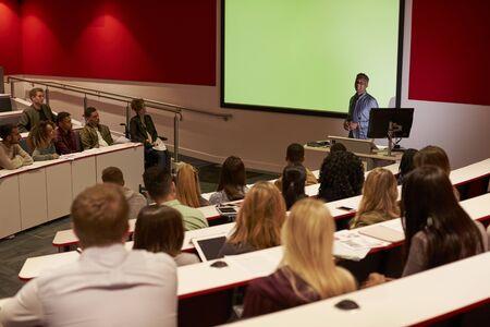 Junge erwachsene Studenten an einer Universität Vortrag, Blick zurück