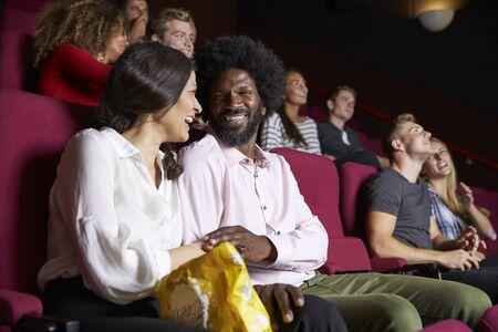 コメディ映画を見て映画のカップル