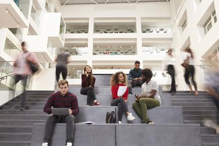 学生で忙しい大学キャンパスの建物の内部
