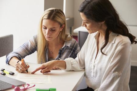 Tutor utilisant des aides à l'apprentissage pour aider les élèves atteints de dyslexie Banque d'images - 71304892