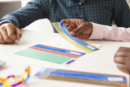 色付きのオーバーレイを使って失読症の学生のクローズ アップ 写真素材
