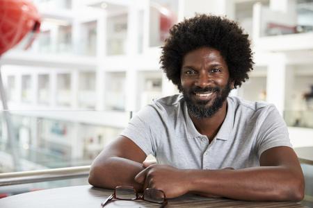 hombres negros: Retrato de la Universidad Hombre maduro estudiantes en la escuela