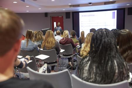 現代大学の教室、バックビューで学生講義 写真素材