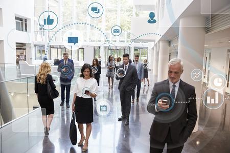 디지털 기술을 사용하여 비즈니스 남성과 여성 스톡 콘텐츠