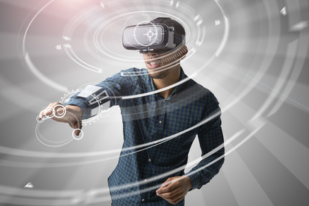 Man met behulp van Virtual Reality headset Stockfoto