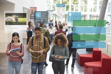Millennials utilisant des médias sociaux avec un espace de copie Banque d'images - 71235538
