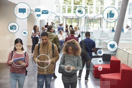 Millennials Usando Social Media Com ícones Imagens