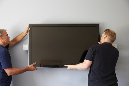 Twee Mannen Montage flatscreen televisie aan de muur