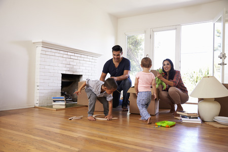 移動日の新しい家で家族のアンパック ボックス
