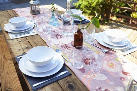 Ensemble de table pour repas extérieur sur table en bois dans le jardin