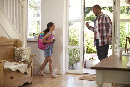 niños saliendo de la escuela: Niña de salir de casa para la escuela con el padre