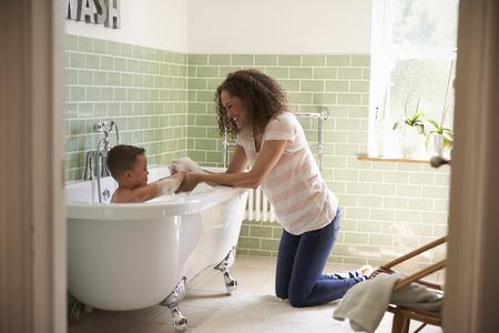 엄마와 아들이 함께 목욕 시간에 재미