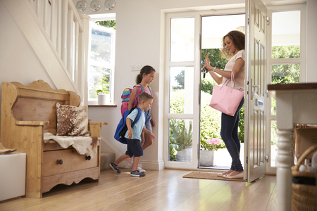 Kinderen Leaving Home voor school met Moeder