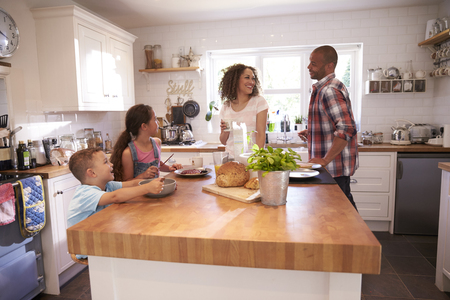 Familie zu Hause Essen Frühstück in der Küche zusammen Standard-Bild - 71214419
