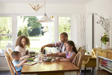 Famille À La Maison Manger Un Repas Au Cuisine Ensemble