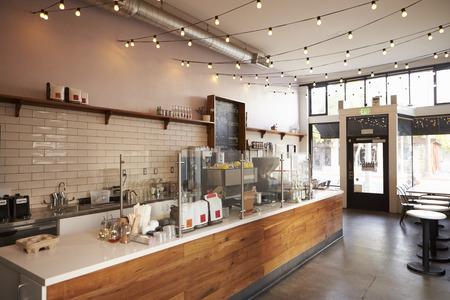 Café vacío o en el interior de barras, durante el día