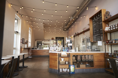 Lege koffie of bar interieur, overdag Stockfoto