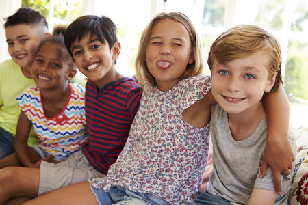 Groep multi-culturele kinderen On Window Seat Together Stockfoto