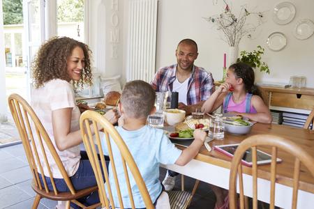 家庭ではキッチンで食事を一緒に食べてください。