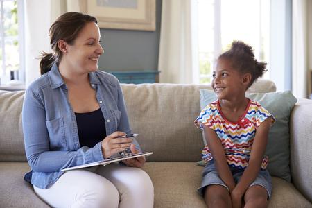 psicologia infantil: Chica joven que habla con el consejero en el hogar