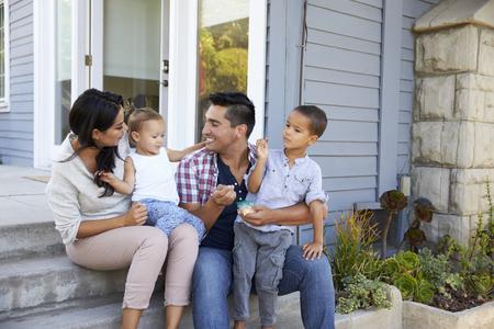 Vader geven kinderen snoep op trappen buitenslang