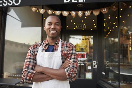 コーヒー ショップの外に立って黒い男性のビジネス所有者 写真素材