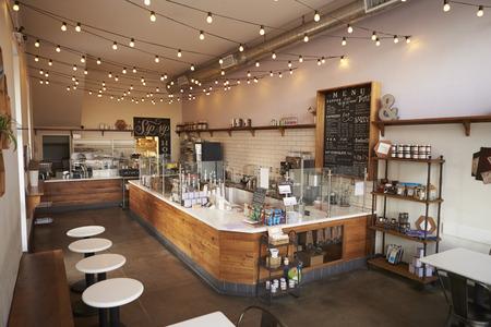 Prázdný kavárna či bar interiér, denní