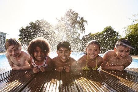 Portret Van Kinderen Met Pret In Buitenzwembad Stockfoto