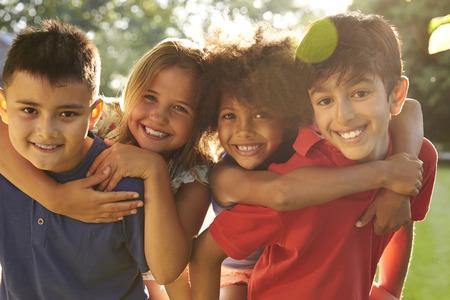 niños negros: Retrato de cuatro niños que se divierten juntos al aire libre Foto de archivo