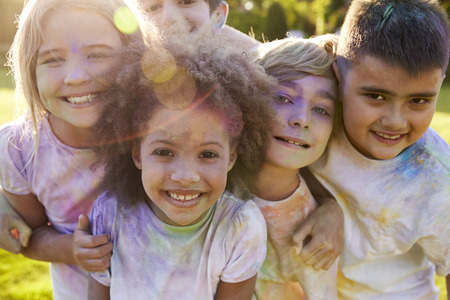 Retrato De Niños que celebran Festival de Holi