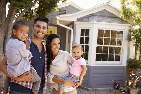 Portrait de famille permanent extérieur de la maison