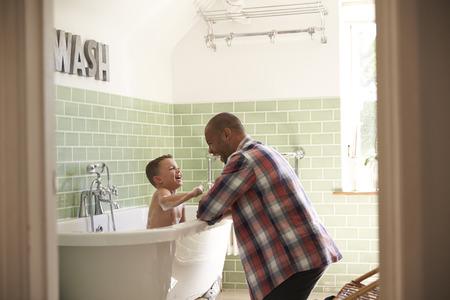 Père et Fils amuser à Bath temps ensemble