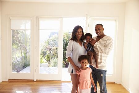 移動日の新しい家で家族の肖像 写真素材