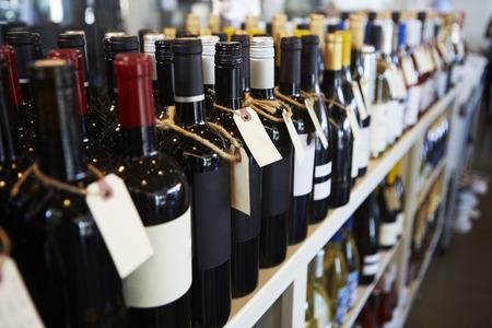 Flessen Wijn op vertoning in Delicatessen Stockfoto