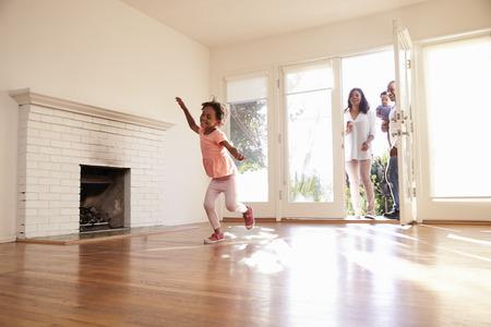 Opgewonden Familie Verkennen Nieuw Huis On Moving Day Stockfoto