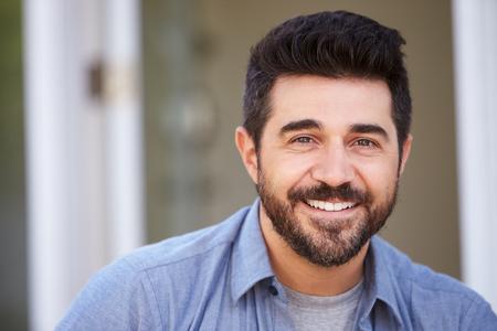 hombre: Cabeza y hombros al aire libre Retrato de la sonrisa del hombre maduro
